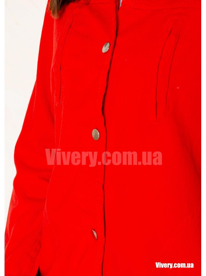 Красная джинсовая куртка